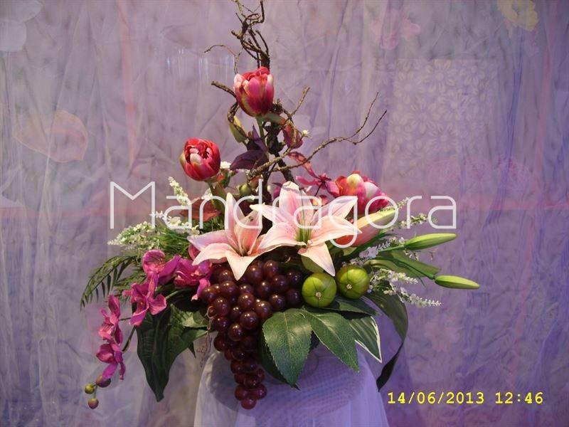 Centro de flores artificiales con frutas